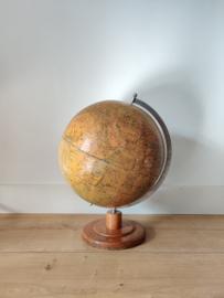 Vintage papier mache globe op houten voet
