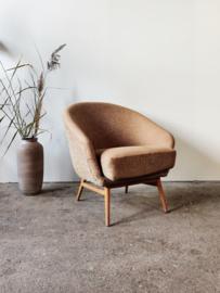 Vintage fauteuil op houten onderstel