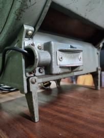 Oude NOS filmspot met luiken en schaar Fresnel lens