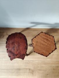 Set rustieke vintage krukjes/bijzettafels waarvan een met cognac leren dek