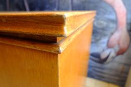 Oude schoolkast met schuifdeuren