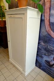 Oude witte keukenkast