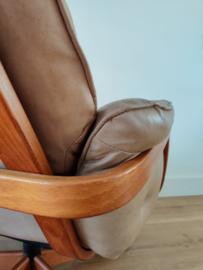 Vintage lichtkleurige leren G-Mobel draai fauteuil