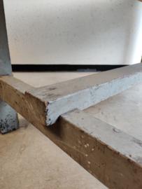 Oude houten werktafel met lade