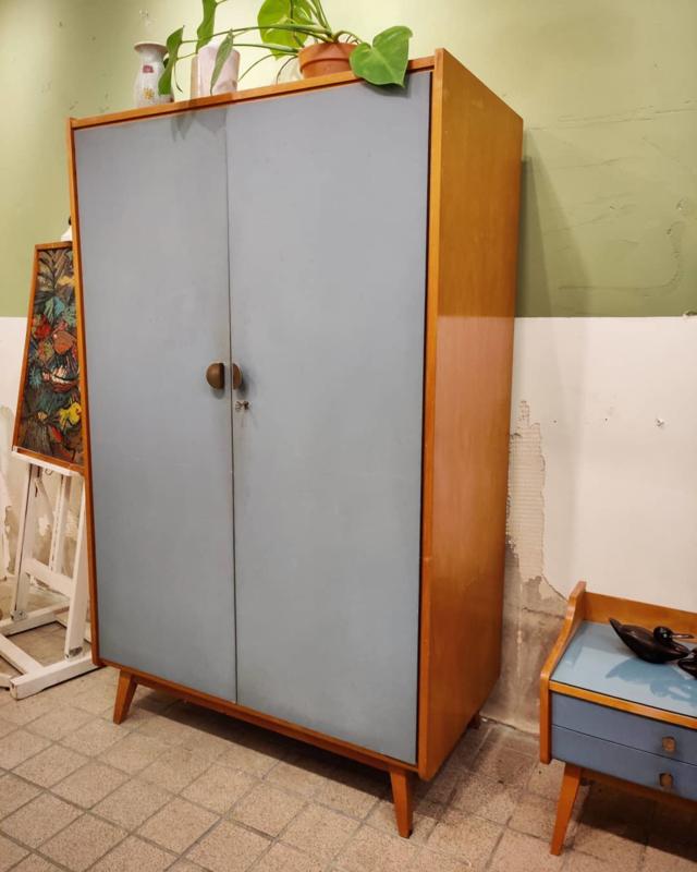 Kledingkast vintage jeans blauwe deuren