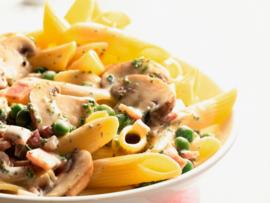 Biologische penne pasta met champignons, boontjes en paprika
