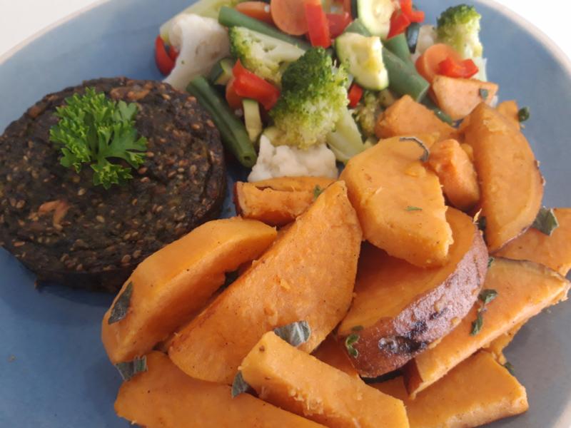 Snelle maaltijdkeus 3 met zoete aardappels, groentemix & een groenteburger