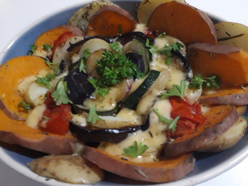 Biologische veganistische aardappel/groenten ovenschotel