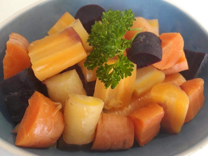 Gestoomde biologische regenboog wortelen