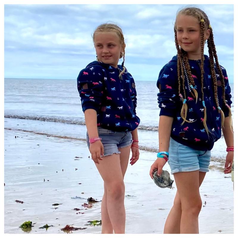 Zelfs op vakantie dragen Sophie & Syna hun paardenvest!