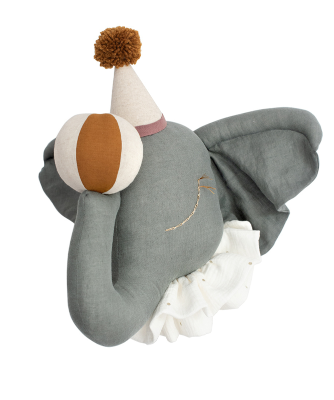 Circus Olifant, Brown pompom hat