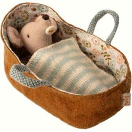 Maileg - Babymuis in Poppenreiswieg - Okerbruin - 8 cm