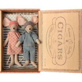 Knuffelmuis vader en moeder in sigarendoosje - 15cm