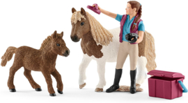 Paardenverzorgster met Shetland Pony