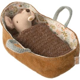 Maileg - Babymuisje in Poppenreiswieg - 8cm