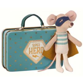 Maileg - Knuffelmuis kleine broer - Superheld in koffer - 10cm