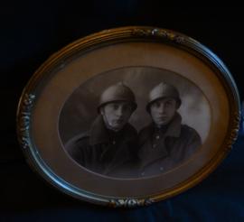 Ingelijste foto van 2 broers  wo1