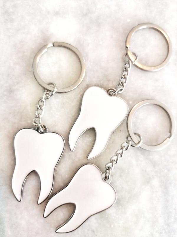 Sleutelhanger tand wit met zilver (metaal)