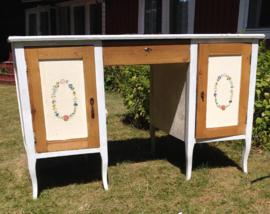 Zweeds bureau met handbeschilderde deurtjes