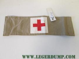 Armband zandkleur met rode kruis