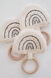 Knisperdoekje met houten ring regenboog