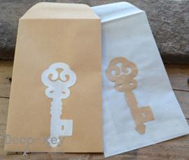 Loonzakje met een sleutel van gegomd papier