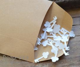 Kraft loonzakje met witte sleuteltjes van gegomd papier