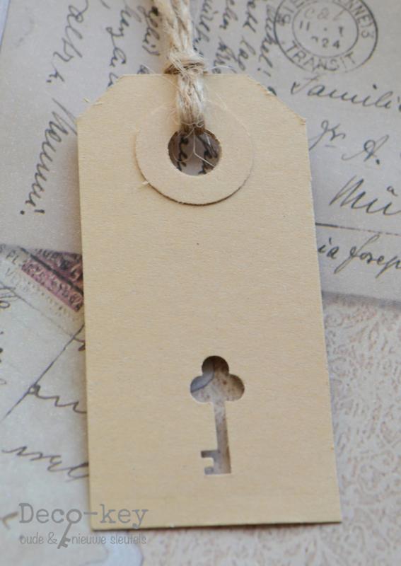 Kartonnen label sleutel figuurtje