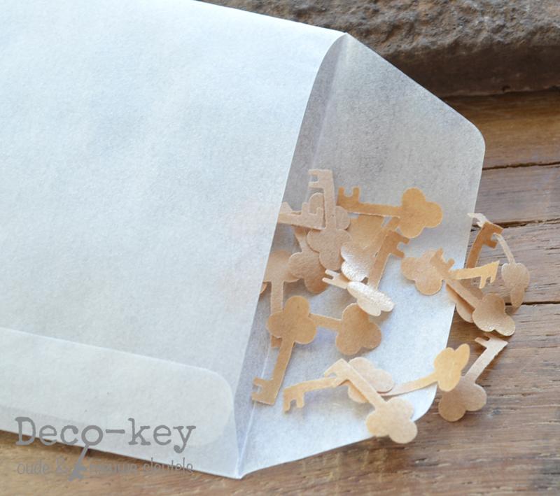 Pergamijn loonzakje met bruine sleuteltjes van gegomd papier
