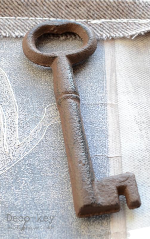 Sleutel gietijzer bruin in 3 afm.
