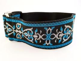 Martingale halsband zwart met sierlint blauw/zwart/zilver, 5cm breed