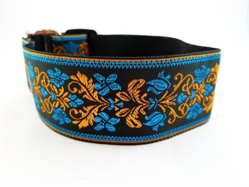 Martingale halsband zwart met sierlint blauw/zwart/goud, 5cm breed