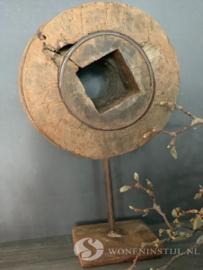 Oud wiel op statief