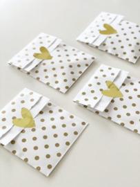 Cadeauzakjes M   Wit met gouden stippen   5 stuks