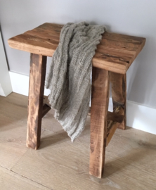 Stoer houten krukje