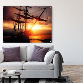Zeilschip met prachtige wolkenlucht tegen ondergaande zon