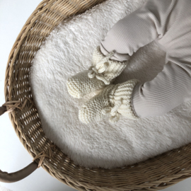 Newborn knoopmutsje rib ZAND