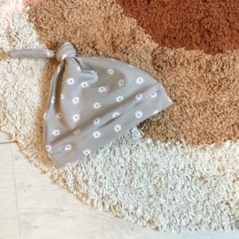 Knoopmutsje 'flowers 'sand'