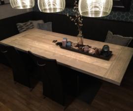 Industriële tafel met stalen V onderstel en 5cm dik steigerhout de luxe