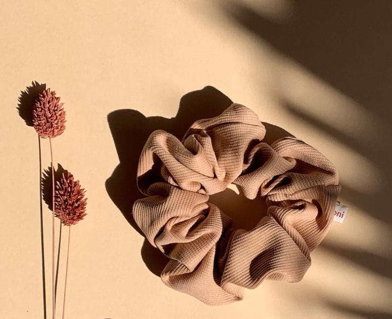 Scrunchie ribtricot kleur cashew