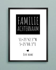 Familie achternaam in zwart blok met coordinaten van woning in A3 fotolijst