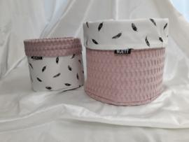 Commode mandje (s) oud roze/zwarte veertjes