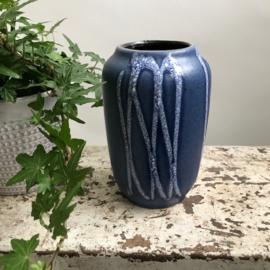 Sixtiers reliefvaasje 'blauw/wit'