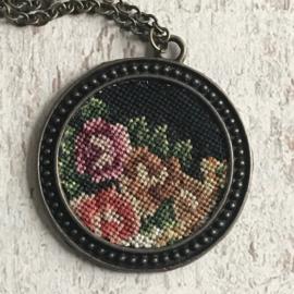Ketting Tessa Randi 'Three roses on black' II