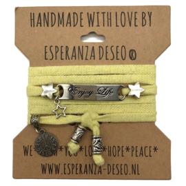 gele armband met de tekst: Enjoy Life - Live Laugh Love
