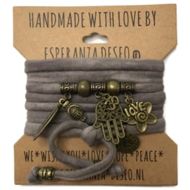 """Taupe Tie dye armband met brons kleurige bedels thema """"Hamsa"""""""