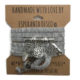 """Grijs print armband met zilverkleurige bedels thema """"Lotus"""""""