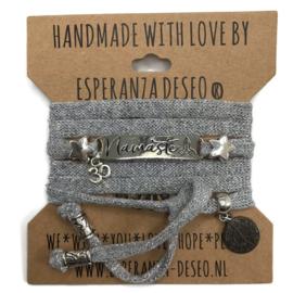 Zilvergrijze armband met de tekst: Namaste - Respect