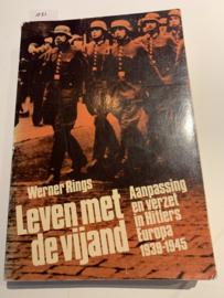 Leven met de vijand Aanpassing en verzet in Hitler's Europa, 1939 - 1945 | Werner Rings | 1981 | Uitgever: H.J. Becht Amsterdam
