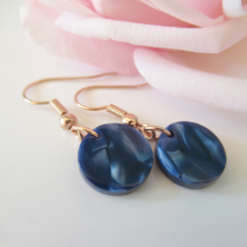 Rosekleurige dark blue resin oorbellen